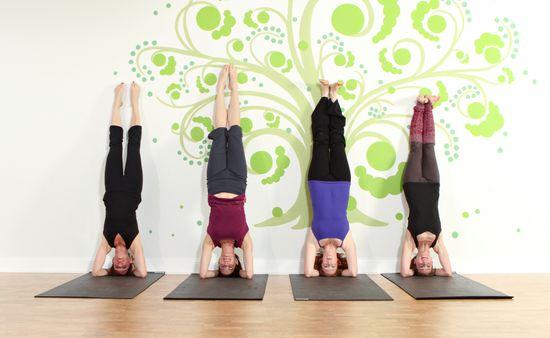 Femmes contre mur - Cours yoga domicile - Attitude Yoga Strasbourg, Alsace