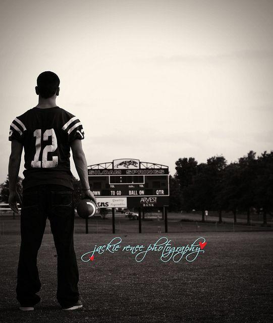 Senior pic!! Love the football field ?