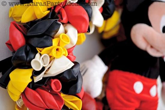 CUTE Mickey Mouse Birthday Party wreath made out of balloons! Tutorial via Karas Party Ideas