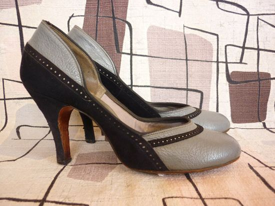 Grey and navy blue 1940s spectator pumps. #shoes #heels #vintage #1940s