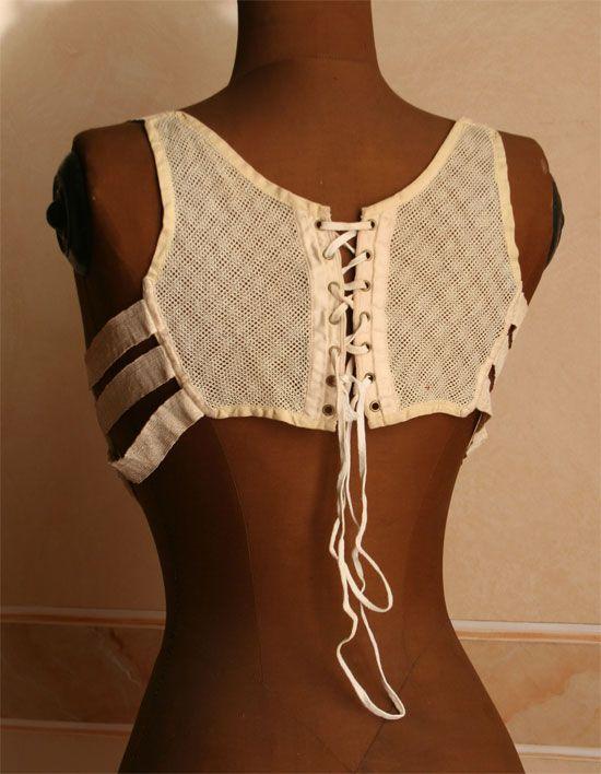 back fastening of early bra - 1909