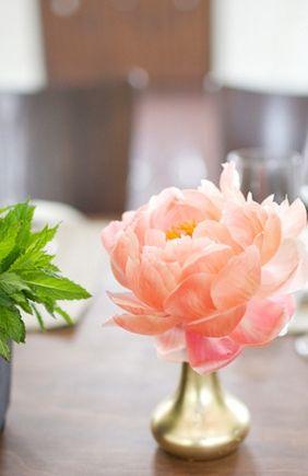 single flower arrangement, sweet and simple. Grey Likes Weddings