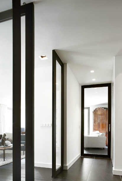 Classical modern elegance in black and white. Interior by Dutch office Oomen Architects.