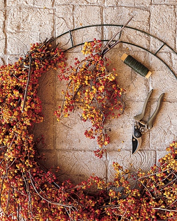 Bittersweet Autumn Wreath Tutorial #diy #autumn #fall #decorating
