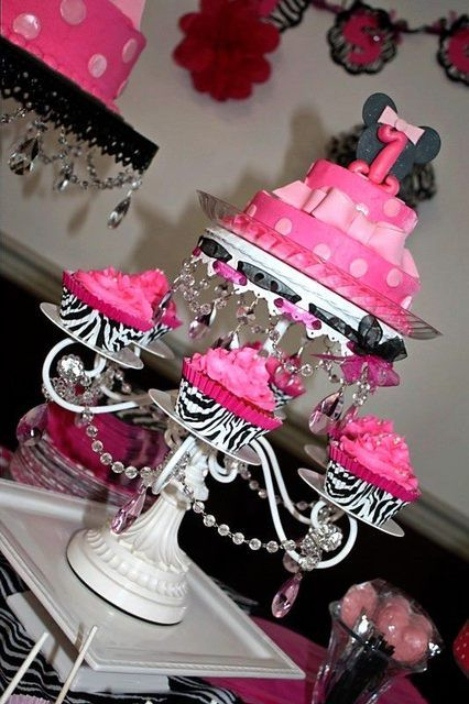 Love this Minnie Mouse cake and cupcakes #minniemouse #cake #cupcakes
