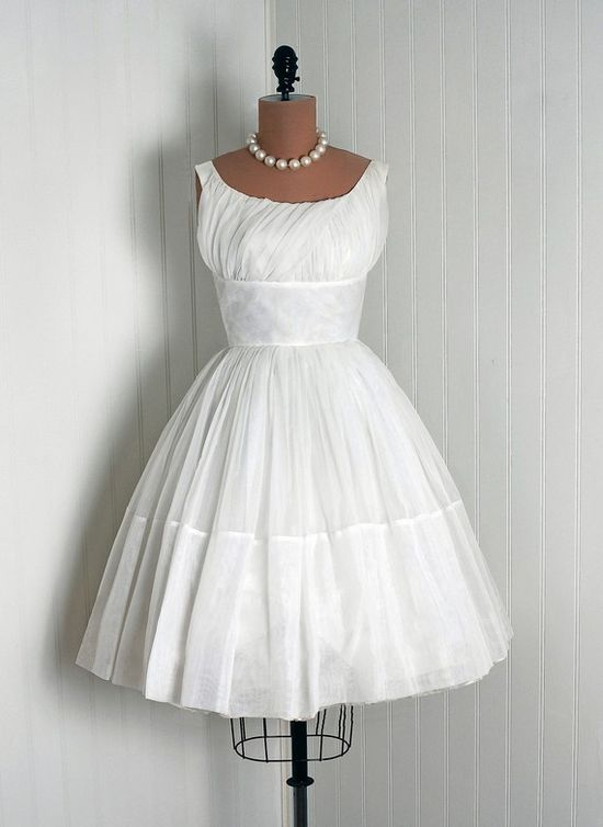 A lovely WHITE vintage dress. ?