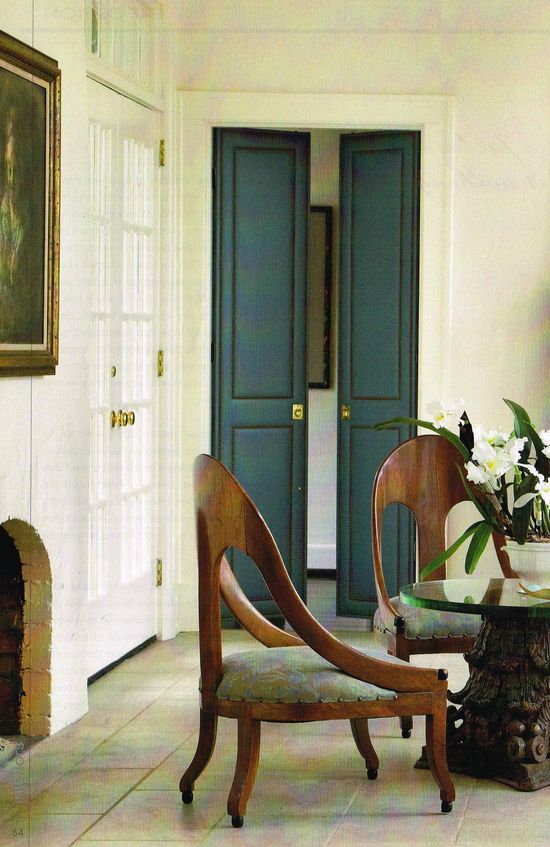 Doors and the Chairs. I Love this vignette ?