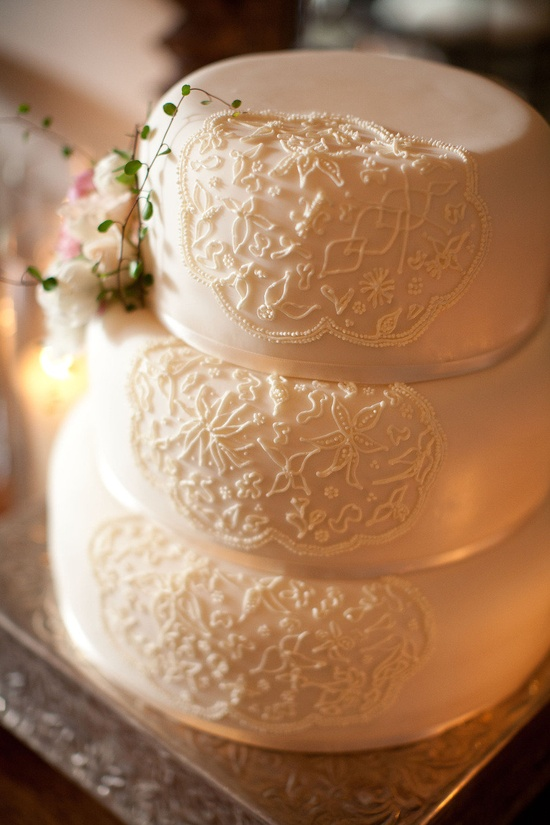 Love the intricate design ~ just on one side of the cake ~ and a touch of florals off to the side. Very pretty!  photo by hoguephoto.com