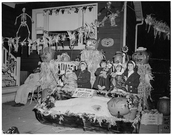 A thoroughly wonderfully decorated Halloween party from 1961. #sixties #vintage #decorations #decor #party #kids #costumes #Halloween #October #fall #autumn #retro