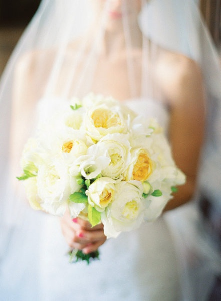 white and yellow bouquet. #wedding