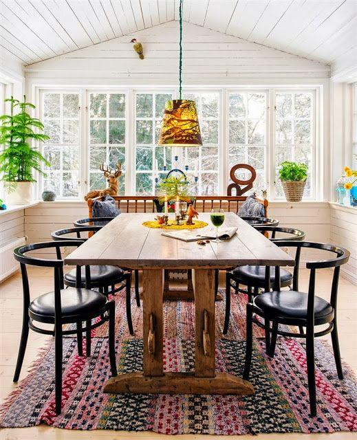 Bright and beautiful kitchen #kitchen #interior #design #white #panelling #rugs #windows