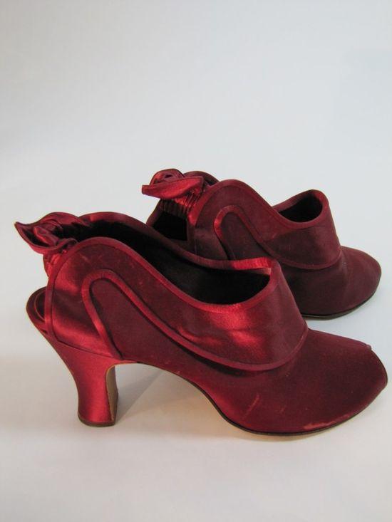 A glamorously elegant pair of 1940s Daniel Green Boudoir Burgundy Heeled Slippers. #vintage #1940s #slippers #shoes