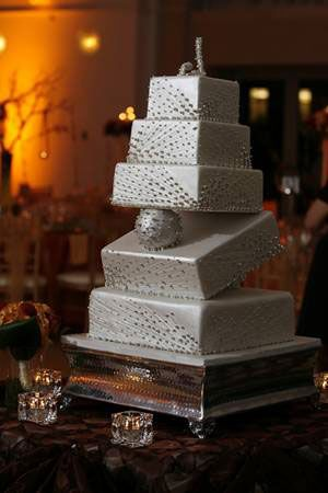Talk about shaking things up at your wedding! What an awesome and UNIQUE wedding cake #cake #wedding #ido