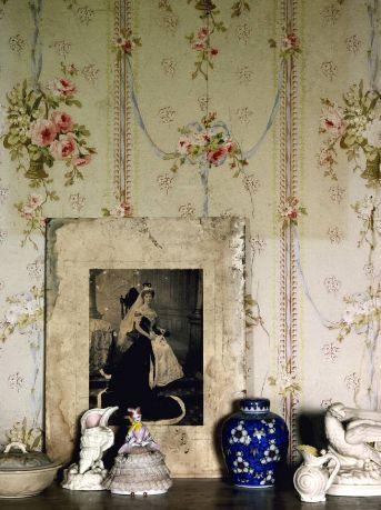 floral wallpaper on an accent wall.