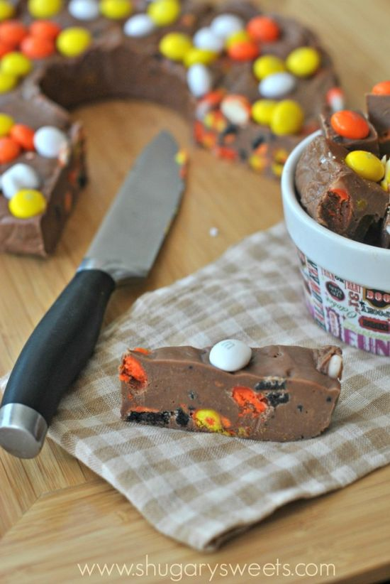 Halloween Fudge Ring: easy fudge with Oreos, candy corn and more! Perfect for a fall treat.