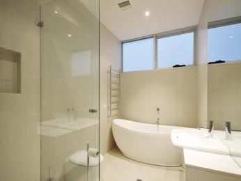 Modern bathroom design with freestanding bath using frameless glass - Bathroom Photo 456354
