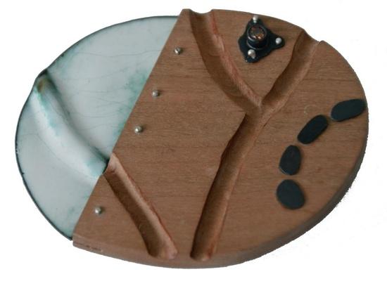 Marina Carbonell - Fermall (brooch)     Fusta de cirer, esmalt, llautó oxidat, cuars fumé i plata.  Col·lecció ''Expedició en Ruta''