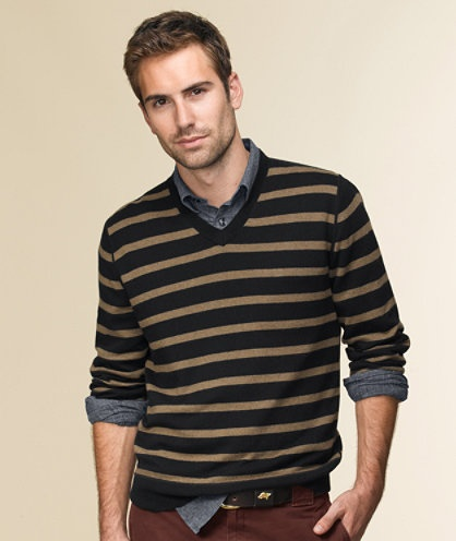 bee striped v-neck sweater over grey shirt, dark bordeaux pants / men fashion
