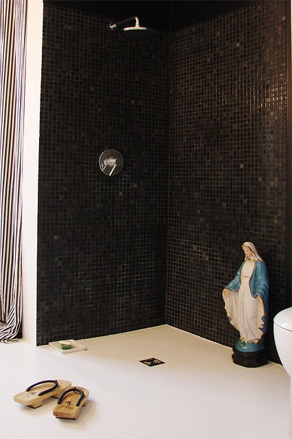 Black tiles with Mary. Photo by Asia Gwis