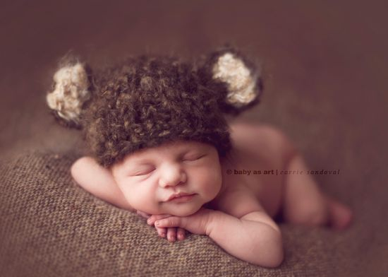 newborn photographer, baby posing with a bear hat