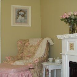 Are you looking for ideas to decorate your bedroom into a Romantic Cottage style? The Romantic Cottage style is very similar to the shabby chic...