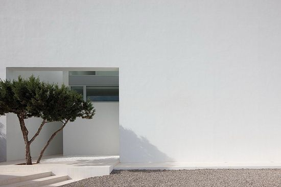 Large blank walls acting as canvases for the play of light and shadow. House INFINITY by Bruno Erpicum.