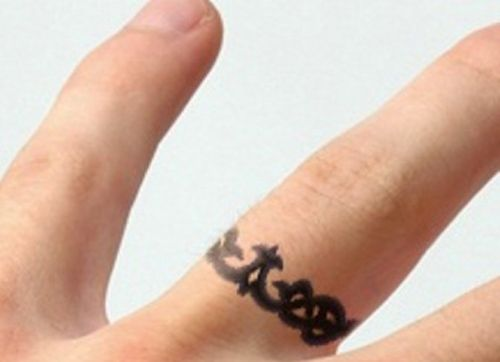 Татуировки в виде колец на руке