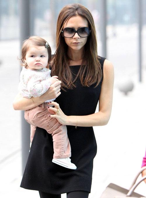 Victoria Beckham con su hija, Harper #famosas #bebés #babies #people #celebrities