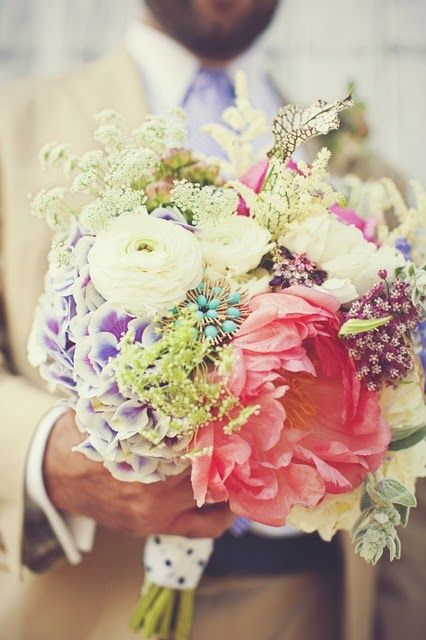 Love this #wedding #bouquet - kinda messy but oh so pretty!