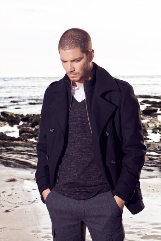 Abrigo y sweter lo mejor para el clima fresco.