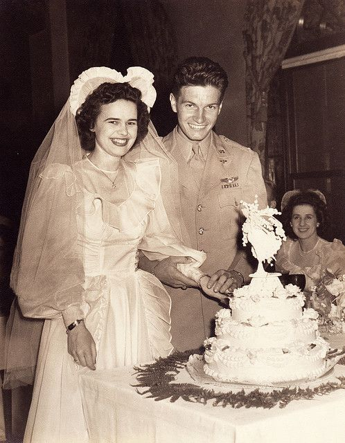 Smiles all around as this young 1940s couple slices into their wedding cake. #wedding #vintage #retro #bride #groom #cake #1940s #forties #40s