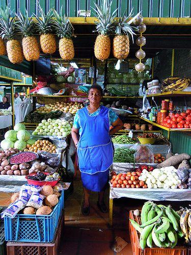 señora entre frutas en la plaza Minorista, Medellin Colombia. Market, vendor, fruits