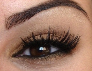 Neautral eye make up with dramatic lashes #makeup #eyes #eyeshadow by dolores