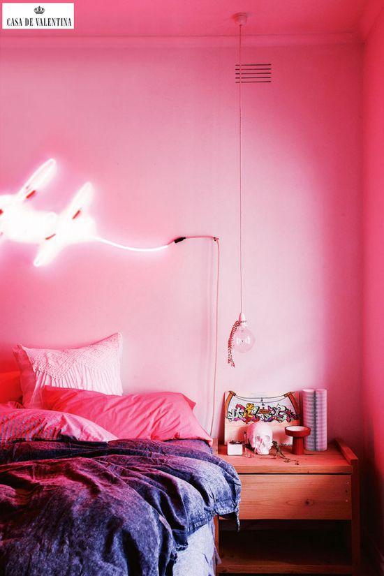 Via Casa de Valentina www.casadevalenti... #details #interior #design #decoracao #detalhes #quarto #bedroom #light #luz #neon #casadevalentina