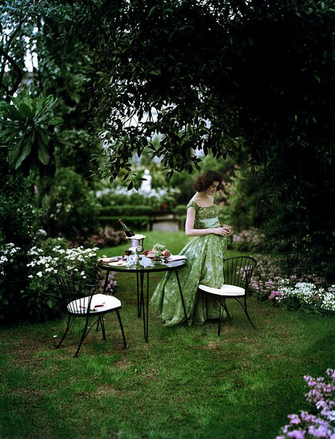 A beautiful garden affair... #vintage #fashion #1950s #spring #summer #green