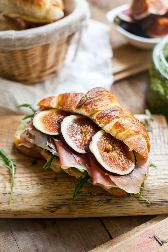 Croissants with pesto, rucola, figs and prosciutto