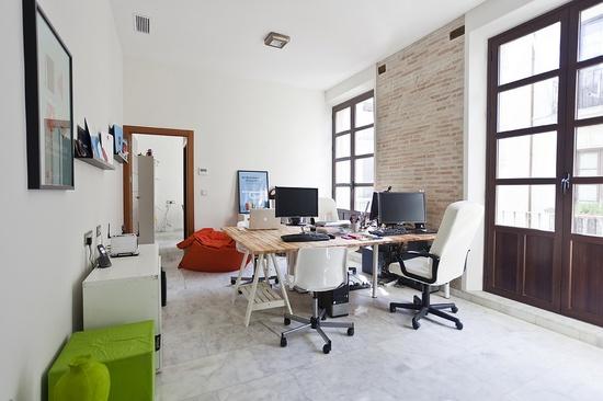 Estudio Squembri's Bright Advertising Office