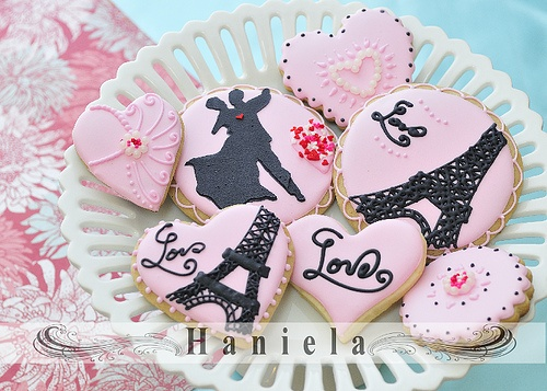Charmingly beautiful pink and black Valentine's Day decorated Cookies. #cookies #pink #decorated #food #Paris #French #Valentines #Day