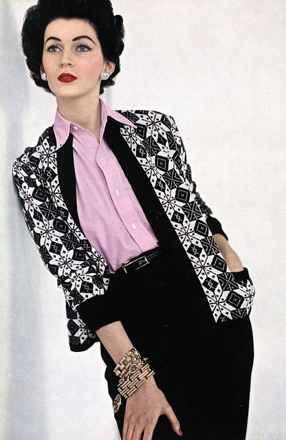 Love the mix of pink, white, and black at work in this lovely, causal daywear look from 1952. #vintage #1950s #fashion #Dovima #model