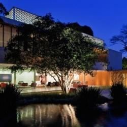 Impressive and Modern home designed by Marcio Kogan. (In Portuguese)