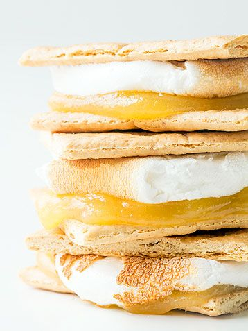 Lemon Meringue Pie S'mores PLUS 21 more totally amazing s'more variations, perfect for your campfire s'mores bar!