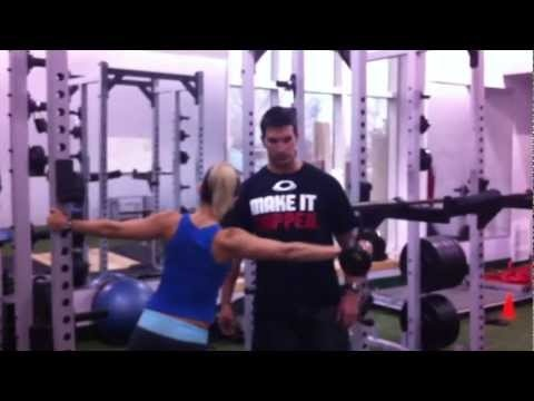 Workout Exercise for Women: Leaning Lateral Raise  #workout #fitness