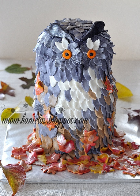 What an immensely lovely autumn creation! Owl Leaf Cake. #cake #owl #fall #autumn #leaves #Halloween #food #baking #dessert