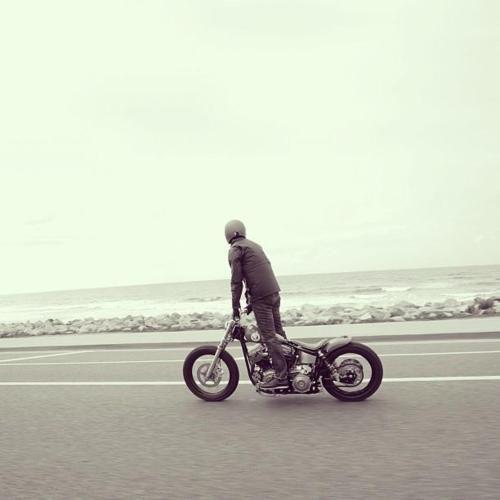 Juste histoire d'aller checker les vagues. #waves #surf #custom #motorcycle