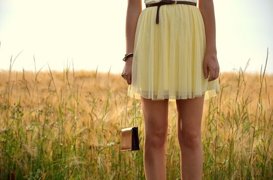 Vintage life en Vogue - summer look / style-- fashion - blogger - yellow - field of gold - mohito dress - romantic - brown - urban outfiters - earth watch  - heels