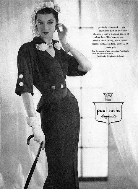The eye catching pair of large buttons on the sleeves of this chic 1950s suit are a lovely touch. #vintage #fashion #1950s #hat