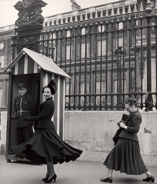 From the pose of the woman with the camera to the guard's smile, there is such a sense of the moment captured in this delightful Harper'z Bazaar image. #vintage #fashion #1940s #model