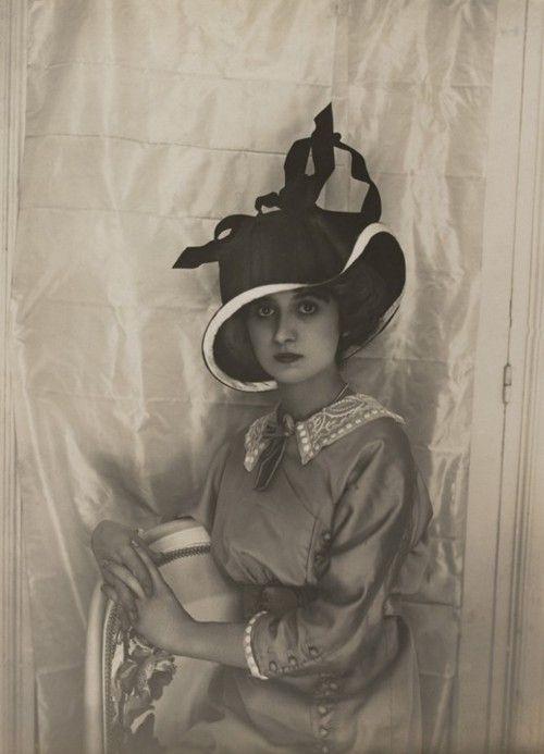 Une exquise photo en gros plan d'un modèle à un ensemble Lucile, circa 1912.