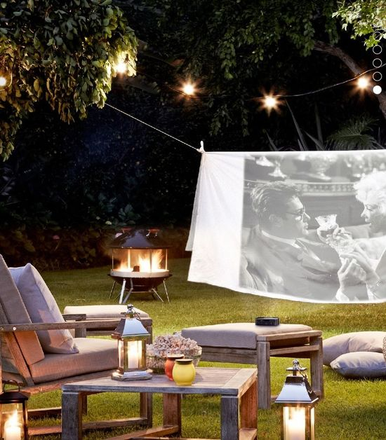 Hang a sheet from a clothesline for an outdoor home cinema... So cool!