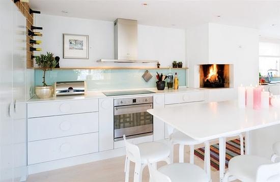 Gorgeous #kitchen #interior with splashes of pastels.